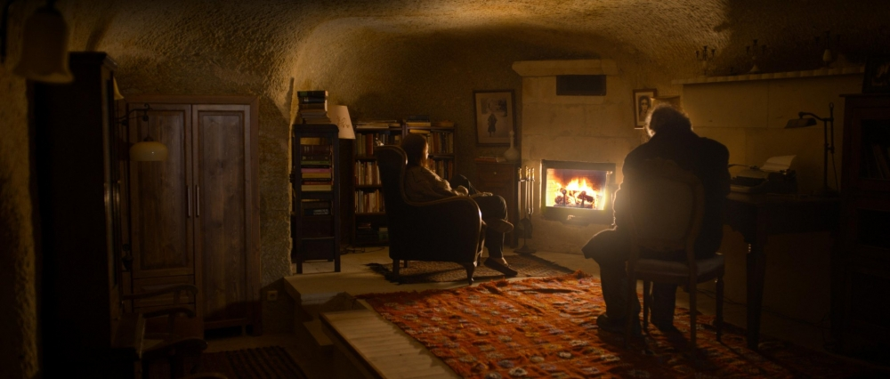 winter-sleep-2014-008-aydin-and-nihal-in-front-of-fireplace