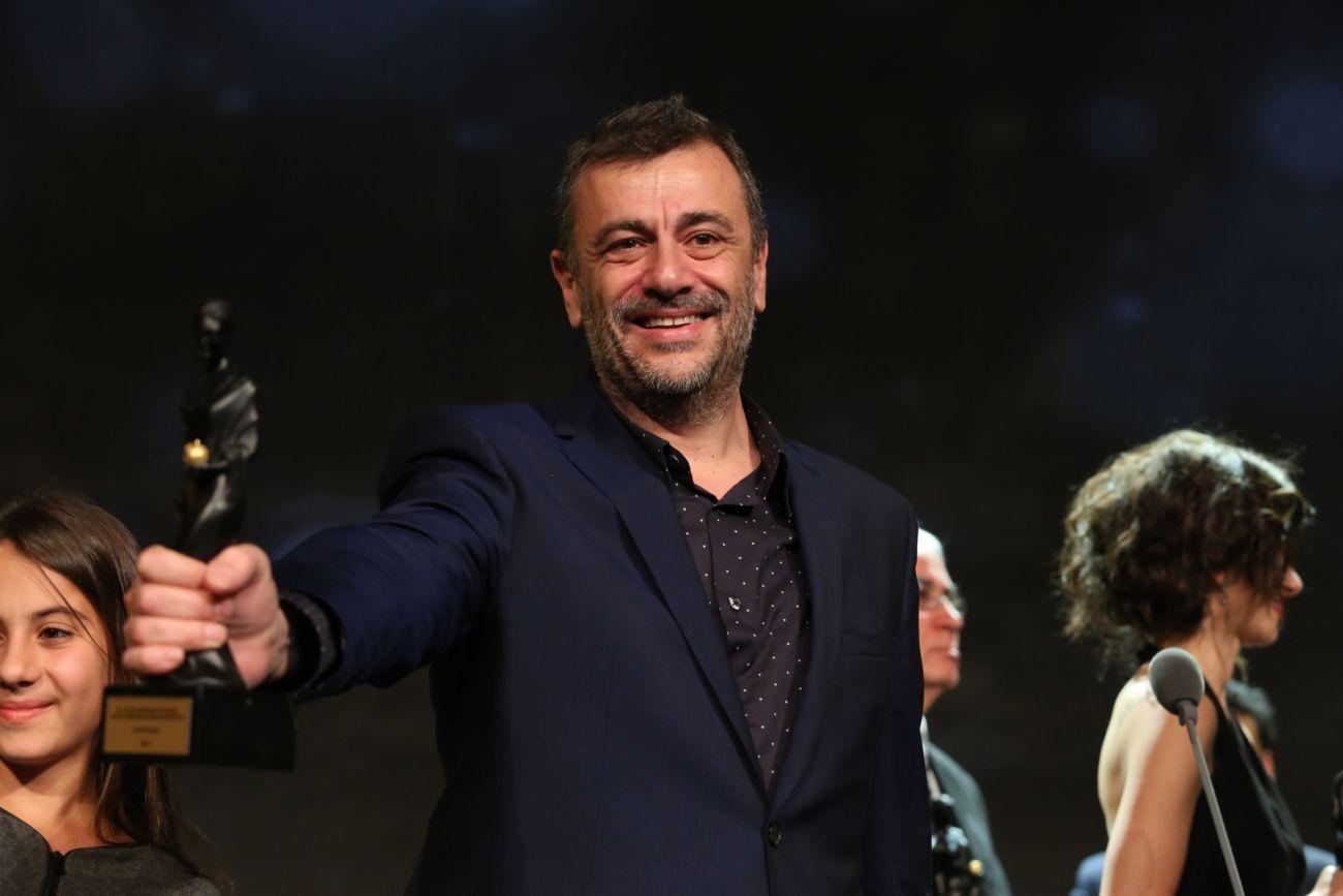 """51. Uluslararası Antalya Altın Portakal Film Festivali, Antalya EXPO Center'da düzenlenen ödül töreni ile sona erdi. Festivalde en iyi film ödülünü """"Kuzu"""" filmi aldı. Ödülü filmin yapımcısı Kutluğ Ataman (ortada) aldı.  (Süleyman Elçin - Anadolu Ajansı)"""