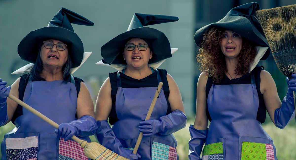 Cadı kostümü giymiş 3 kadın var.