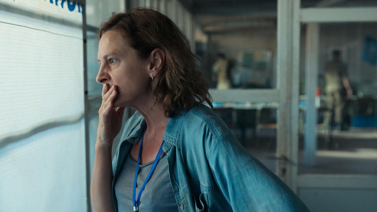bir kadın eli ağzında dışarıya bakıyor